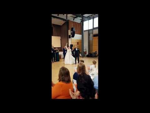 Feierliches Treffen des Brautpaars bei einer russischer Hochzeit mit einem Tamada