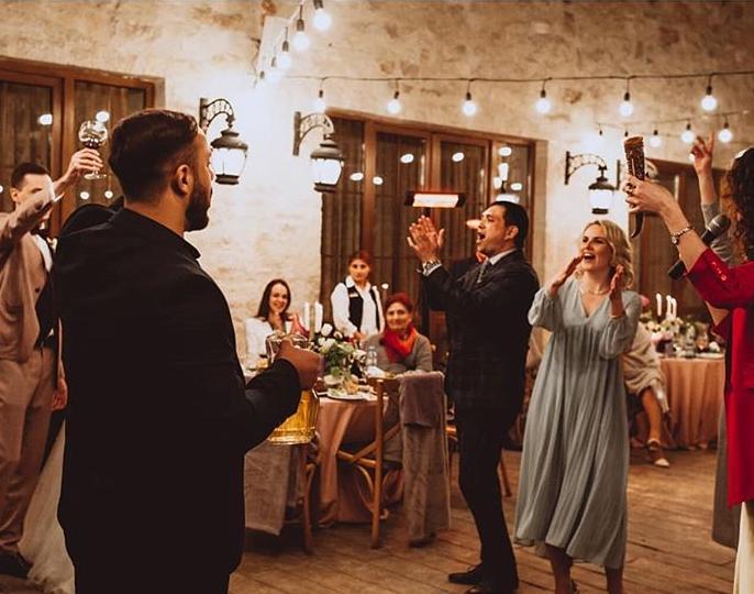 Die Aufgaben den Trauzegen bei der russische Hochzeit
