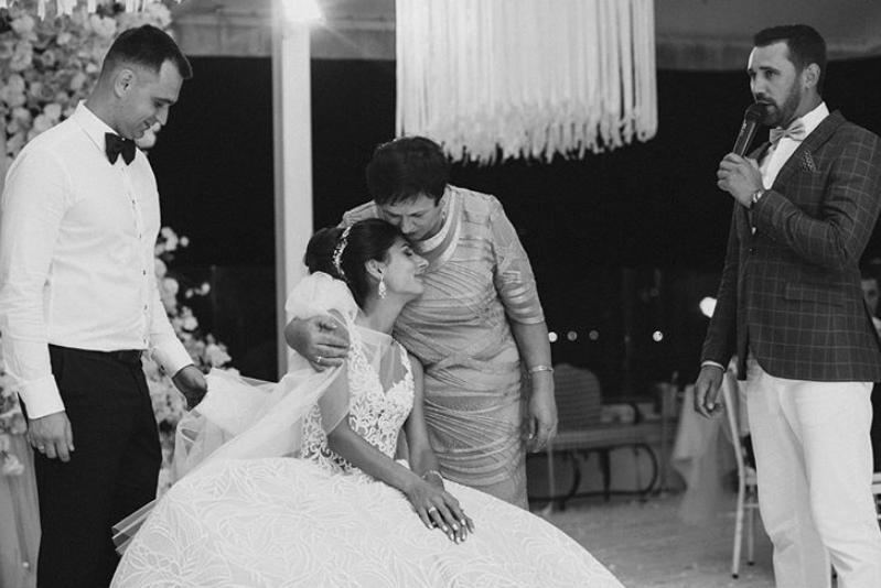Schleierabnahme bei einer russischer Hochzeit.