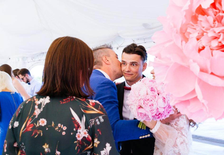 Gratulationsteil bei einer russicher Hochzeit - Geschenkübergabe