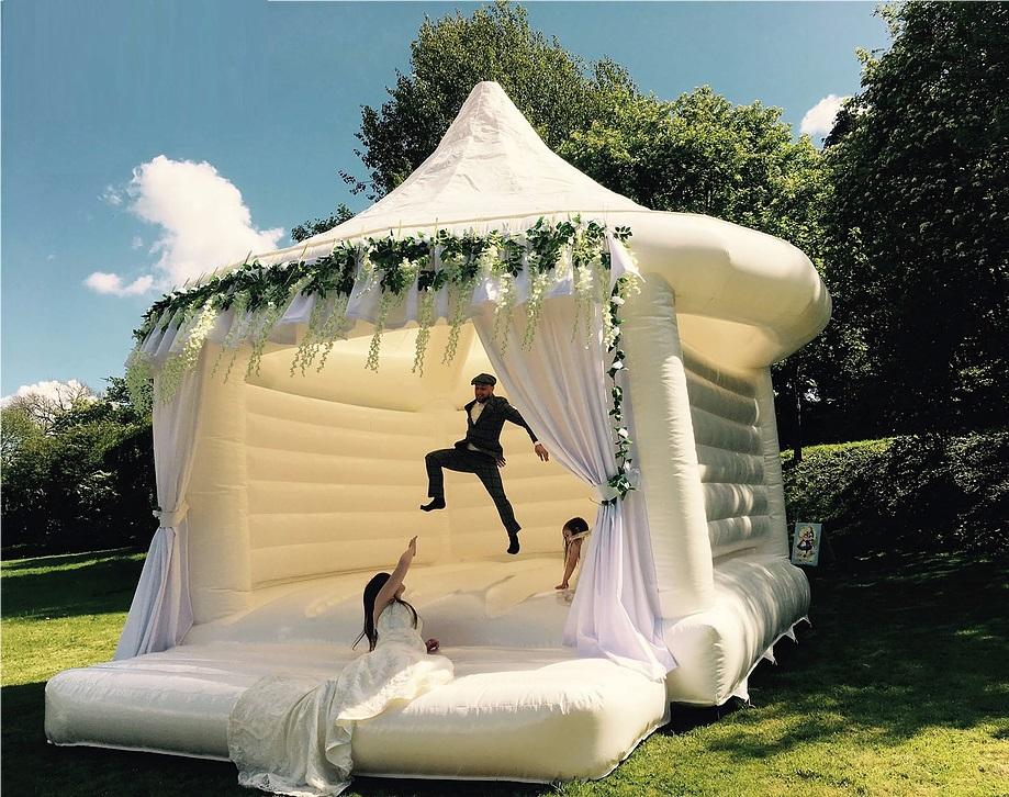 Riesige weiße Disco-Hüpfburg für eine Hochzeit