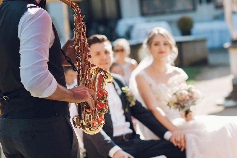 Deutsch-russische Hochzeit zusammen mit dem Saxophonist