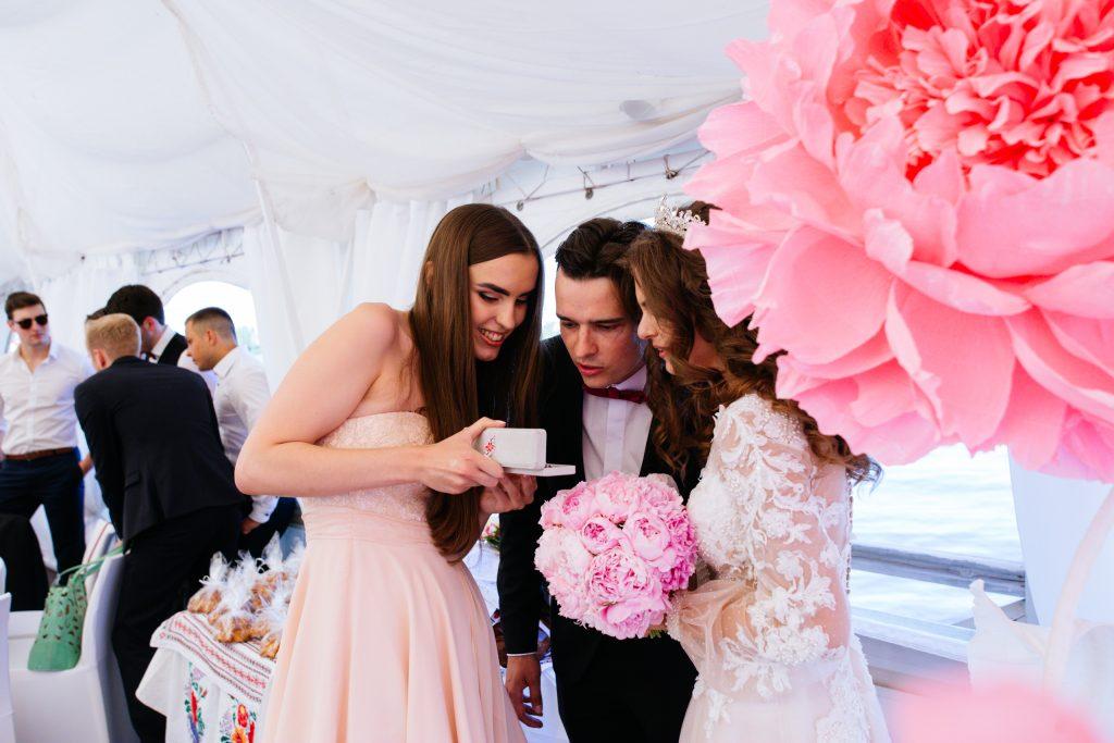 Geschenkübergabe bei der russischen Hochzeit