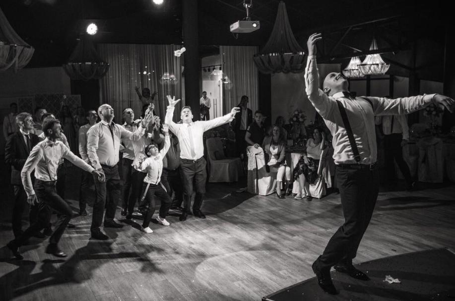 Strumpfbandwurf bei der russischen Hochzeit